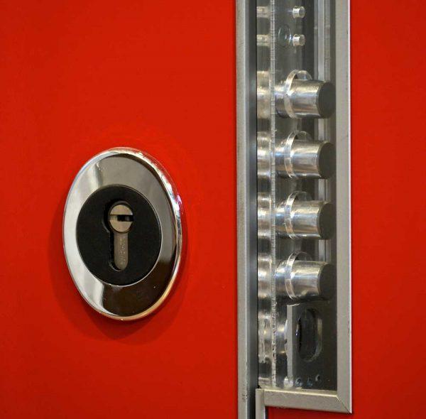 מנעול על דלת אדומה
