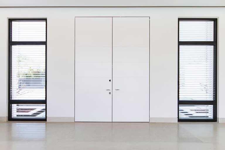 דלת כניסה לבנה מיוחדת